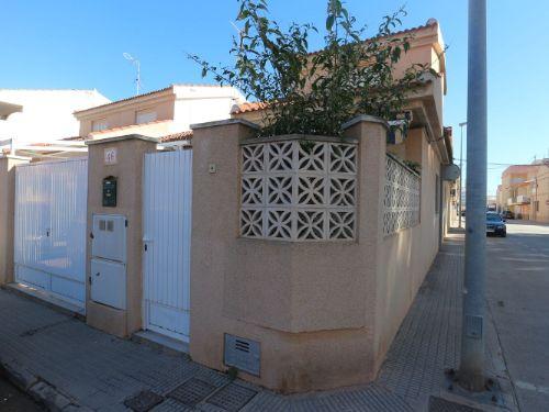 Duplex de esquina en buen estado de conservación.